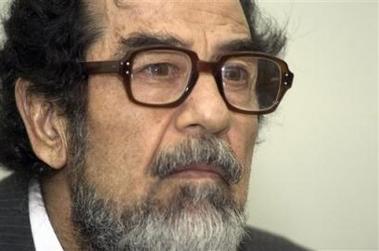 صور نادرة تثبت وجود امريكيين خِلال محاكمة صدام حسين