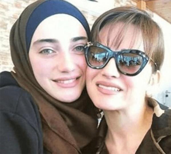 بالفيديو ..  والصور ..  ابنة صفاء سلطان تتخلى عن حجابها وتكشف جمالها الفائق وشعرها الأشقر