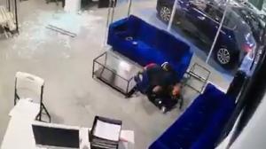 أمريكي يصد الرصاص بجسده عن أطفاله (فيديو)