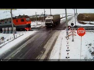 بالفيديو.. كاميرا ترصد كارثة على خط لسكك الحديد في كازاخستان