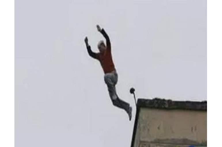 شاب مصري يلقي بنفسه من الدور الـ14  ..  ويترك رسالة انتحار مثيرة