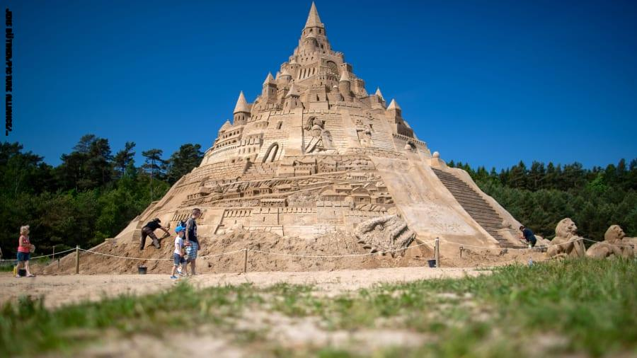وُصفت بأعجوبة هندسية .. تعرف على أعلى قلعة رملية في العالم