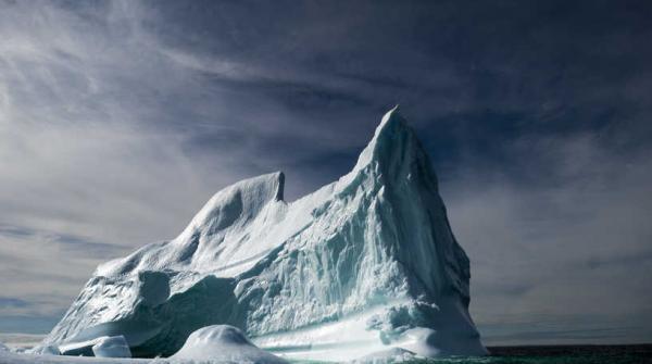 التقاط صور لأكبر جبل جليد في العالم أثناء انجرافه نحو جنوب الأطلسي
