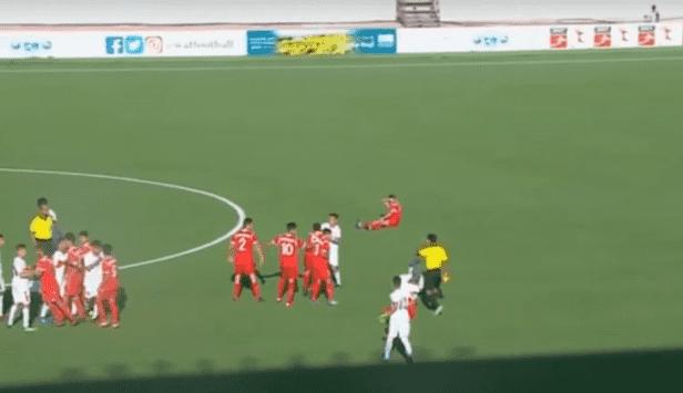 بالفيديو  ..  اشتباكات بالأيدي، داخل أرضية الملعب خلال مباراة بين الأردن وسوريا