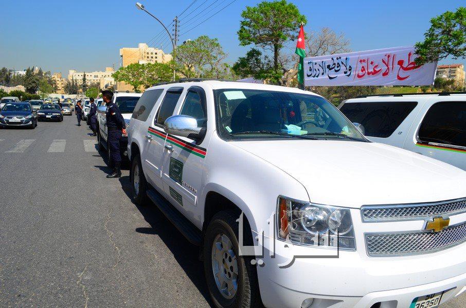بالصور..سائقي سفريات الاردن -السعودية و عمال مياومة الزراعة يعتصمون الان امام مجلس النواب