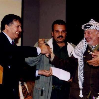 """ما سر صورة """"ياسر عرفات"""" و """"سميح القاسم"""" والمسدس ؟"""
