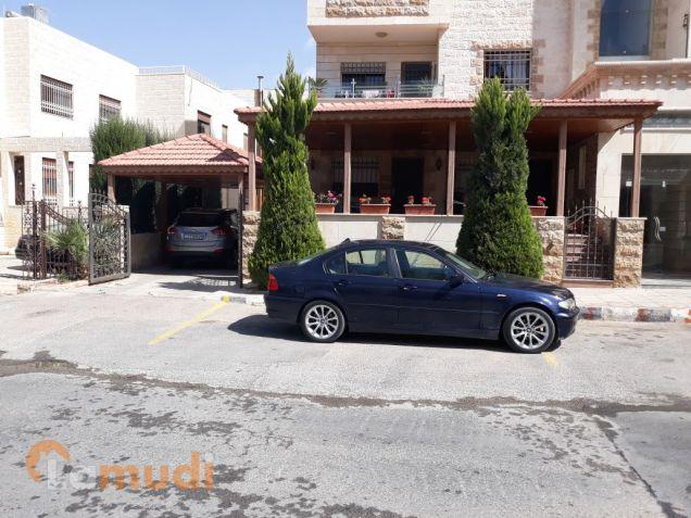 شقة ارضية ملوكيه مع 3 مداخل و ترس كبير٥٠م و كراج خاص في اجمل احياء عمان محاطه بالفلل