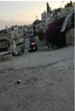 بالصور ..  الأغوار الشمالية: القبض على مطلوب خطير بمداهمة أمنية في بلدة المشارع