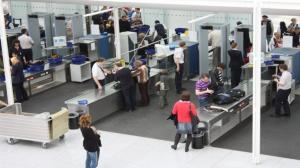 بالفيديو :بهدوء تام ..  لص يسرق أكثر من 9 آلاف دولار من مسافر في المطار