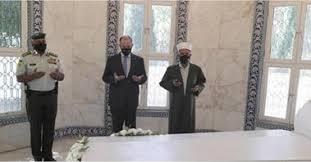 الأميران فيصل ورعد يزوران ضريح الملك طلال