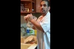 شاهد بالفيديو .. سعودي يطلب من الرجال غسل الصحون