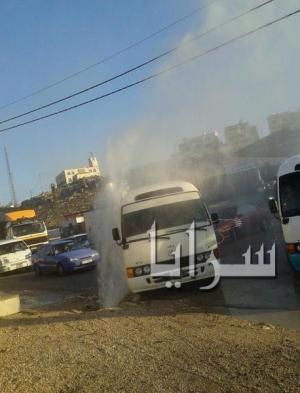 بالصور ..انفجار خط مياه يؤدي الى اغراق شارع رئيسي في الهاشمية  بالزرقاء