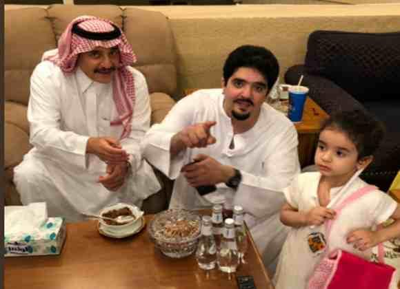 صورة حديثة للامير عبد العزيز بن فهد المختفي منذ اكثر من عام وسط بناته وبحضور اخوته تثير الجدل