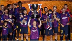 بالصور .. برشلونة يتسلم درع الدوري الإسباني.