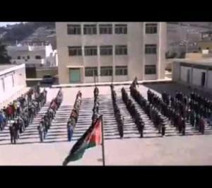 بالفيديو .. طلاب مدرسة في الكرك ينفذون عرضاً صباحياً ابهر رواد مواقع التواصل