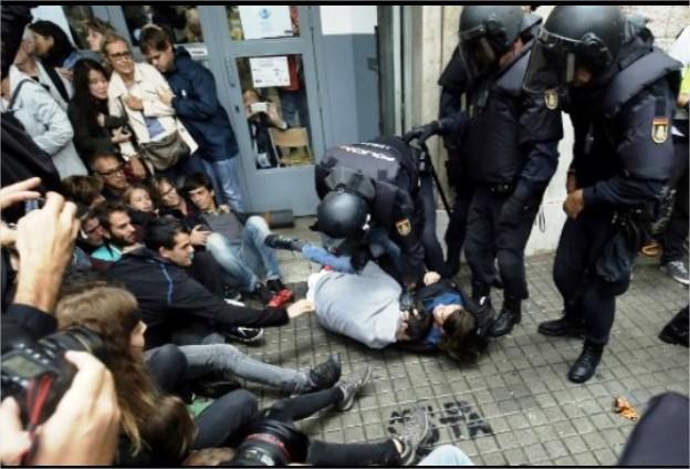 بالفيديو : اشتباكات بين الشرطة الإسبانية والإنفصاليين في كاتالونيا ووقوع أكثر من 90 جريحا