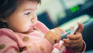 أصاب بالرعب عندما أرى صغيرتي مع جهازها الذكي