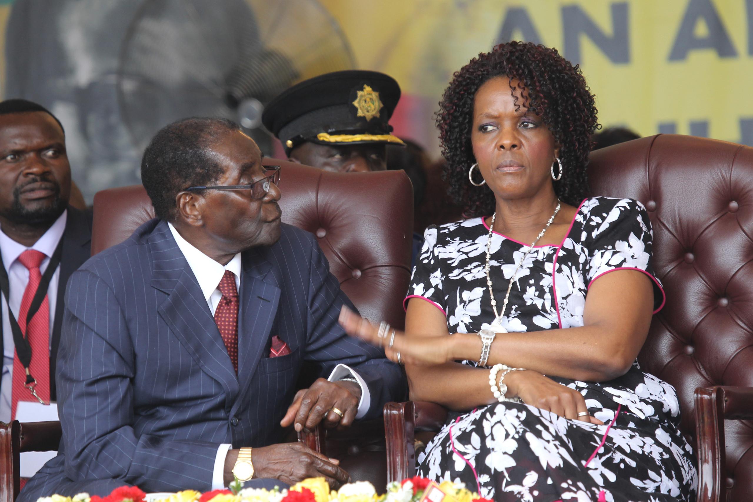 اين ذهب زعيم زيمبابوي وزوجته بعد اجباره بالتنحي عن منصبه؟
