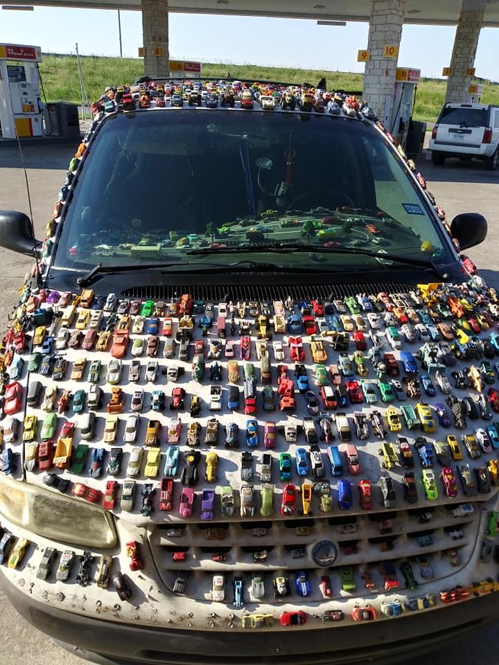 هواية لحد الهوس ..  شاهد شخص يجمع 2032 سيارة صغيرة ويلصقها بمركبته الخاصة
