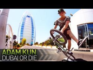بالفيديو.. بطل العالم بركوب الدراجات يستعرض مواهبه في دبي
