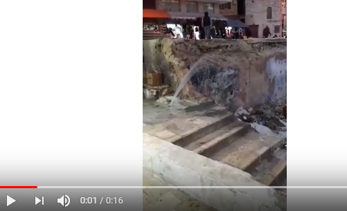 بالفيديو  ..  انفجار خط مياه في مدينة السلط يؤدي لهدر واضح بالمياه