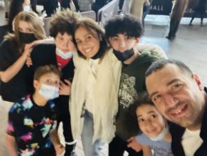 """شاهد  ..  أول ظهور لحلا شيحة ومعز مسعود منذ عقد قرانهما : """"سيلفي"""" عائلي"""