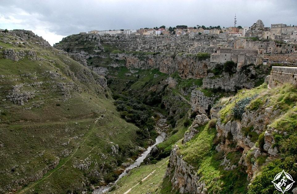 شاهد بالصور ..  فلينتستونز  ..  قرية عمرها 9000 عام في إيطاليا
