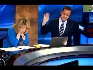 بالفيديو: مذيعة تدخل في نوبة ضحك بسبب موقف محرج على الهواء