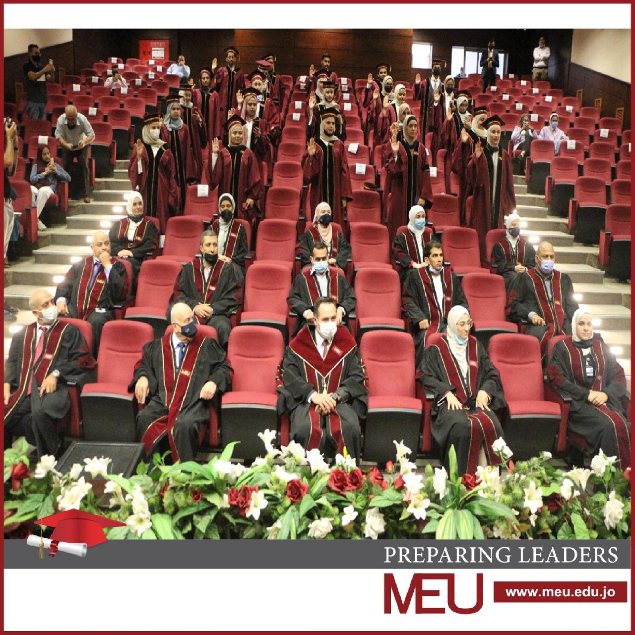 طلبة كلية الصيدلة يؤدون القسم القانوني في جامعة الشرق الأوسط MEU