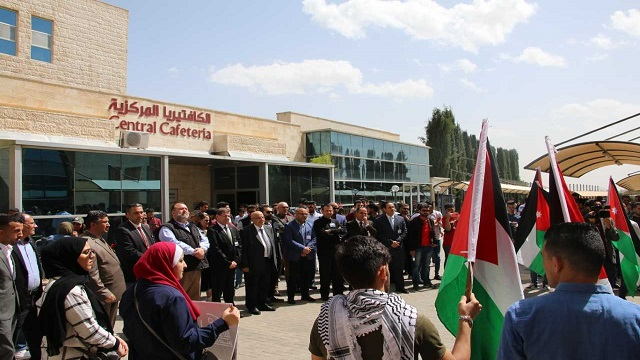 وقفة تأييد لجلالة الملك والوصاية الهاشمية على المقدسات في جامعة الشرق الأوسط
