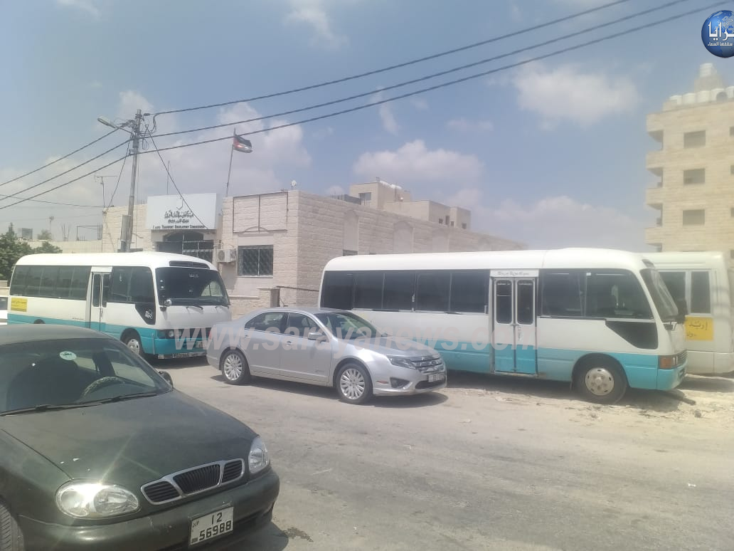 بالصور  ..  اضراب باصات النقل العام العامله على خط اربد - وادي الريان