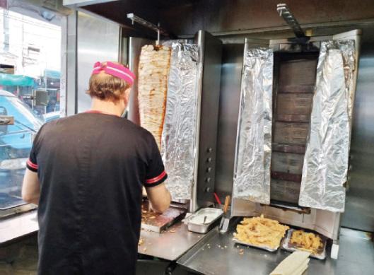 إربد: تمديد ساعات الحظر وارتفاع أسعار الزيوت يزيدان خسائر المطاعم