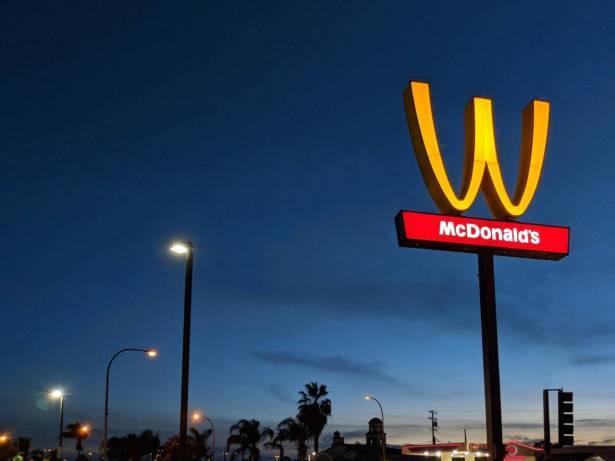 """مفاجأة """"ماكدونالدز"""" ..  لماذا قامت بقلب شعارها اليوم فقط؟"""