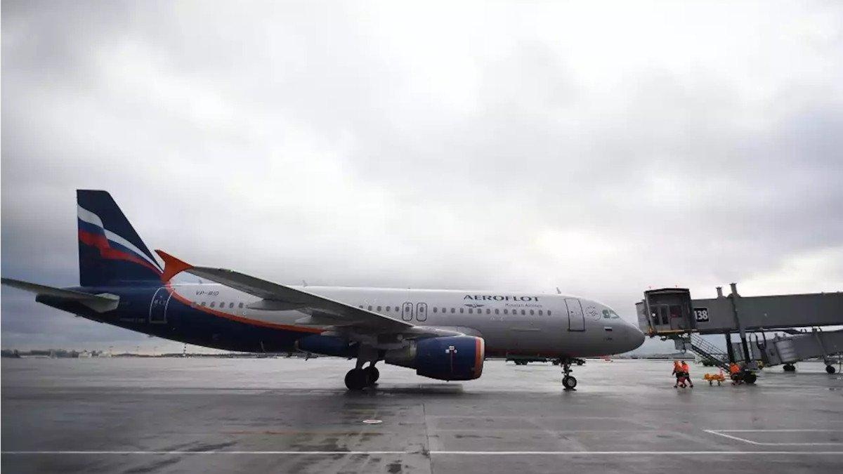 بالفيديو  ..  ركاب طائرة يتفاجؤون بتساقط المياه فوق رؤوسهم خلال إحدى الرحلات