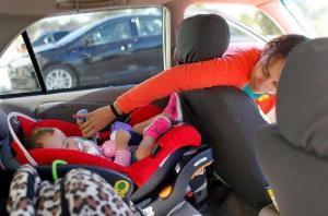 ترك الأطفال بالسيارة خلال الأيام الحارة يعرضهم للموت