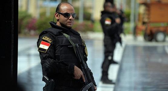 مصري يحاول تهريب 50 ألف جنيه بملابسه الداخلية
