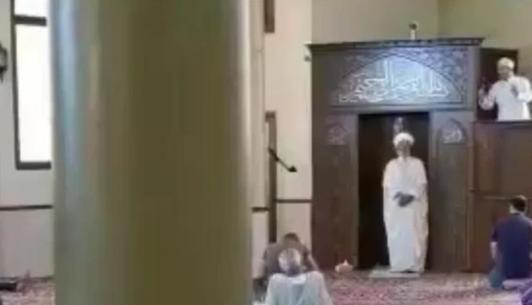 أفسدا على المصلين جمعتهم  ..  خطيبان بمسجد واحد في لبنان  ..  فيديو