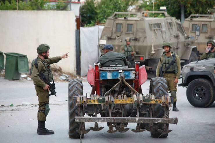 الاحتلال يعتقل أم لـ 8 أطفال وابنتها ويقتحم عدة منازل وسط اندلاع مواجهات