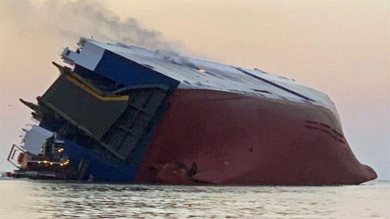 بالصور ..  وكيل سيارات سعودي يفقد مئات السيارات في البحر!
