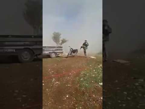 فيديو مؤثر.. طفل سوري بترت قدماه يصيح ''يا بابا شيلني''