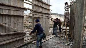 لأهداف سياسية ..  الاحتلال يزيد عدد العمال الفلسطينيين بقطاع البناء