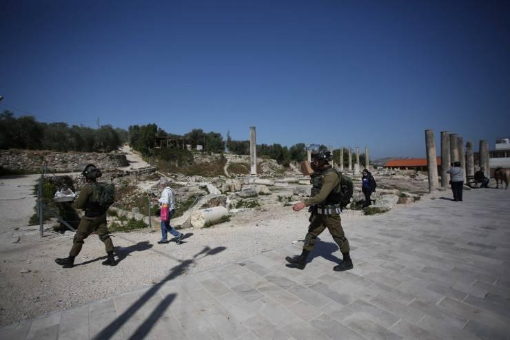 مئات المستوطنين يقتحمون المنطقة الأثرية في سبسطية