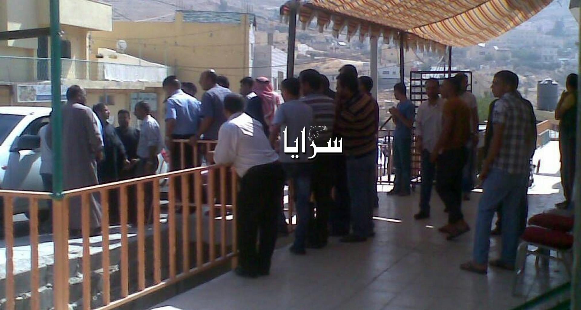 بالصور .. مواطنون يغلقون شارع بطبية البترا لنقص الخبز لعدم توفر الطحين