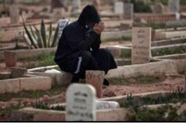مصرية تعيش بجوار قبر زوجها منذ وفاته