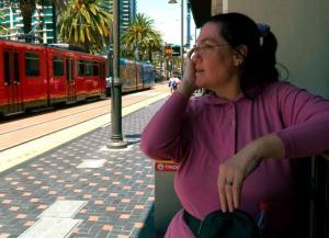 بالفيديو والصور.. امرأة تتزوج من محطة قطار بعد ان وقعت في حبها 36 عاما
