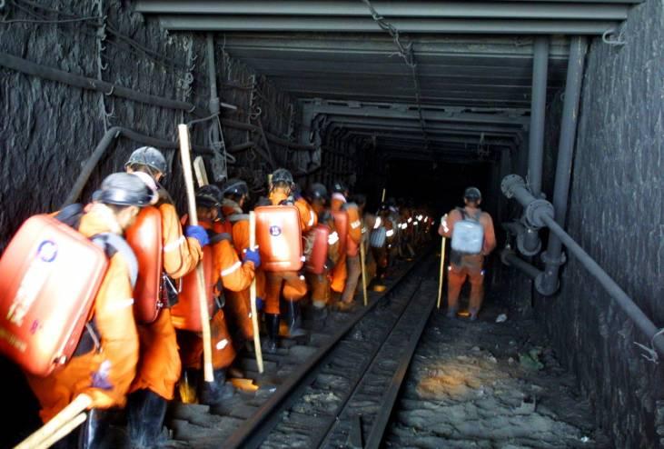 الصين تسابق الزمن لإنقاذ 21 عاملا حوصروا في منجم فحم غمرته المياه