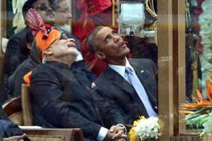 بالفيديو والصور.. أوباما يمضغ العلكة ويسحبها من فمه في حضور رئيس وزراء الهند!