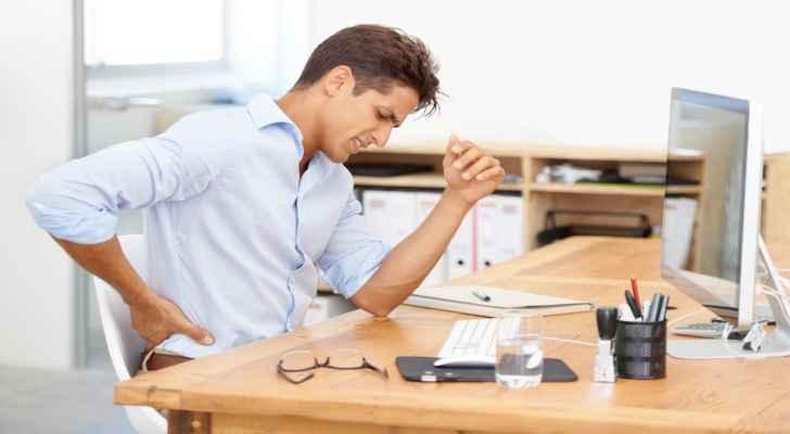 لمواجهة آلام الظهر أثناء العمل عليك بالجلوس الديناميكي