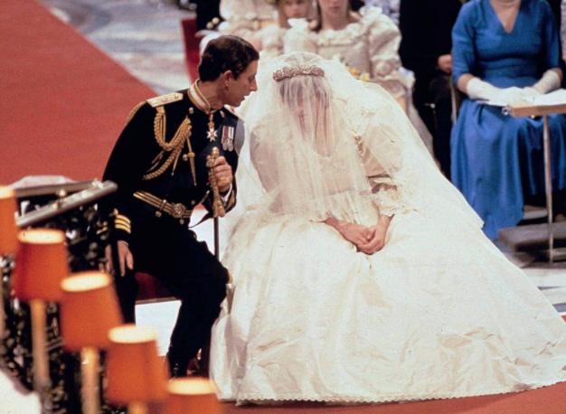 فيديو نادر للأميرة ديانا في يوم زفافها ..  هكذا أربكها ذيل الفستان وطول الطرحة
