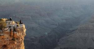 حادثة مروعة ..  امراة امريكية تلقي حتفها اثناء التقاط صورة من موقع سياحي مرتفع